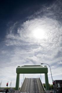 Spiralwolken über Klappbrücke I von Thomas Schaefer