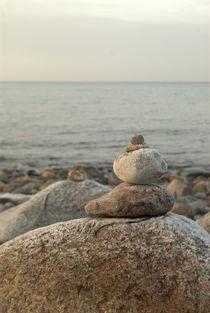 Steinskulptur am Strand by Max Nemo Mertens