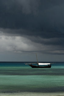 Dhow Boat Under Stormy Skies von Russell Bevan Photography