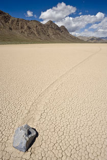 Sliding Rock at the Racetrack Playa Death Valley USA von Ed Book