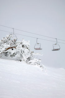 Empty chairlift on a cold morning - Falls Creek, Australia von Jess Gibbs