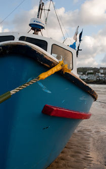 A boat in St. Ives Harbour, Cornwall, UK von Artyom Liss