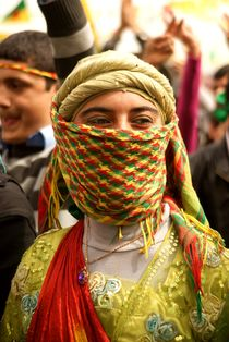 Kurdish woman at Newroz in Diyarbakir/Southeast Turkey von Benjamin Hiller