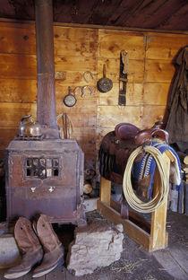 NA, USA, Oregon, Seneca, Ponderosa Ranch Line shack with cowboy gear PR von Danita Delimont