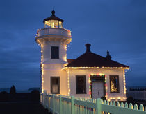 WA, Mukilteo, Mukilteo Lighthouse, established 1906, with holiday lights von Danita Delimont