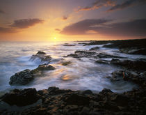 USA, Hawaii, Big Island, Dramatic sunset along coast from near Kona von Danita Delimont