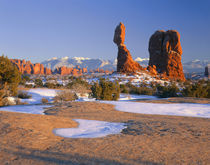 ARCHES NATIONAL PARK, UTAH. USA. Balanced Rock at sunset in winter von Danita Delimont