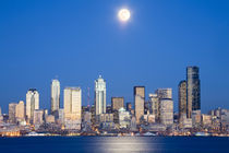 WA, Seattle, Seattle skyline and Elliott Bay with full moon rising von Danita Delimont