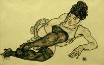 E.Schiele, Liegende Frau mit gruen.Strmpf by AKG  Images