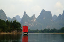 Boat on Li River, mountains in mist, Guilin, China. von Panoramic Images