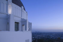 Observatory with downtown at dusk von Panoramic Images