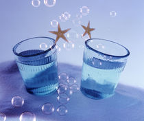 Two glasses under water with bubbles and two gold stars von Panoramic Images