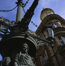 Low angle view of a statue in front of a building, Prague, Czech Republic von Panoramic Images