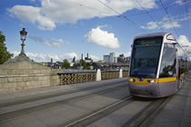 LUAS Tram on the Sean Heuston Bridge, Dublin, Ireland von Panoramic Images