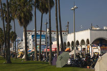 Market stalls along a boardwalk, Venice, Los Angeles, California, USA von Panoramic Images