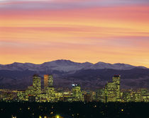 Skyline and mountains at dusk, Denver, Colorado, USA von Panoramic Images