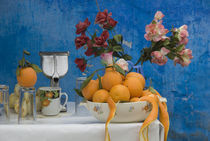 Close up of colorful juice stand with flowers and oranges von Panoramic Images