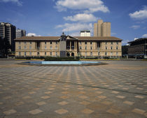 Statue of Jomo Kenyatta with a courthouse in the background by Panoramic Images