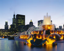 Fountain in a city lit up at night, Buckingham Fountain, Chicago, Illinois, USA von Panoramic Images