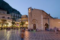 Town square lit up at dusk, Piazza IX Aprile, Taormina, Sicily, Italy von Panoramic Images