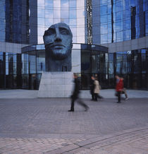 Statue of a human face in front of a building, La Defense, Paris, France von Panoramic Images