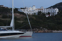 Yachts with a hotel in the background von Panoramic Images