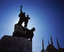 Silhouette of statues with a mosque in the background von Panoramic Images