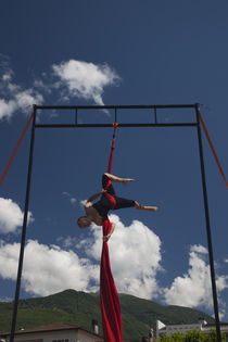 Acrobat street performer performing with textile von Panoramic Images