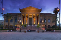 Opera house lit up at dusk, Teatro Massimo, Palermo, Sicily, Italy von Panoramic Images