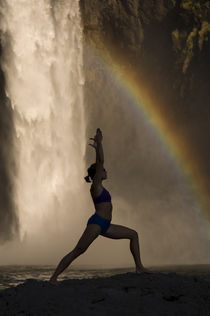 Young woman practicing yoga on a rock, Snoqualmie Falls, Washington State, USA von Panoramic Images