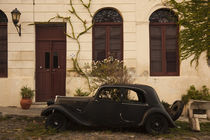 Vintage car parked in front of a house von Panoramic Images