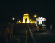 India Gate with Ice cream vendor at night, New Delhi, India von Panoramic Images