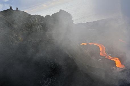 Kilauea-volcano-people-lava-rm-haw-d319300