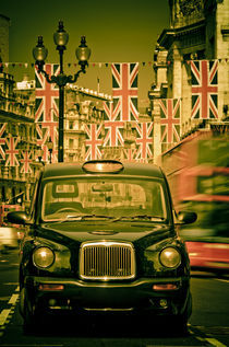 London. Regent Street. Taxi and Royal Wedding Flags. von Alan Copson