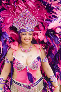 Woman in a pink and purple feathered costume in the Port of Spain carnival in Trinidad. von Tom Hanslien