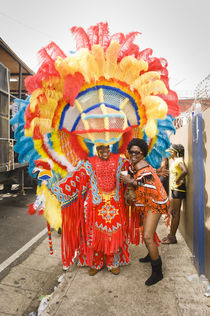 Man dressed as a Native American, with a woman posing with him in the Port of Spain carnival in Trinidad. von Tom Hanslien