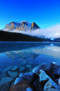 Reflection of Lake Louise, Banff National Park in Alberta Canada  von Peerakit Jirachetthakun