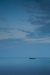 Thai fishing boat at dawn von Geoff White
