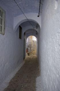 Narrow alley by Tiago  Reis