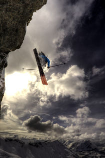 Extreme skier jumping off a cliff  von Ross Woodhall