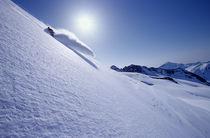 Snowboarder turning off piste von Ross Woodhall