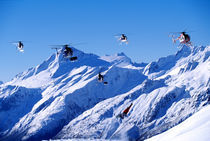 Snowboarder jumping next to helicopters. von Ross Woodhall