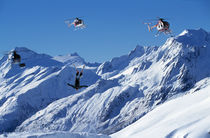 Skier backflipping next to helicopters, von Ross Woodhall