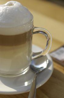 Latte Macchiato im Glas, Hochformat von Silke Heyer Photographie