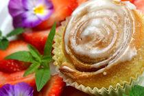 Zimthefeschnecken mit Blüten und Beeren by lizcollet