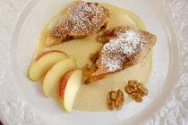 Apfel-Walnuss-Strudel an Zimt-Vanille-Sauce by lizcollet