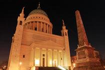 Nikolaikirche und Obelisk im Nachtlicht by rotschwarzdesign