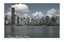New York City Skyline mit Schriftzug by Doris Krüger
