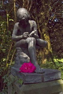 Bronzekind mit Rosendorn im Fuß von Victoria Garden