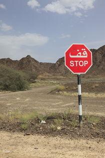 zweisprachiges STOP Schild in der arabischen Wüste by Willy Matheisl